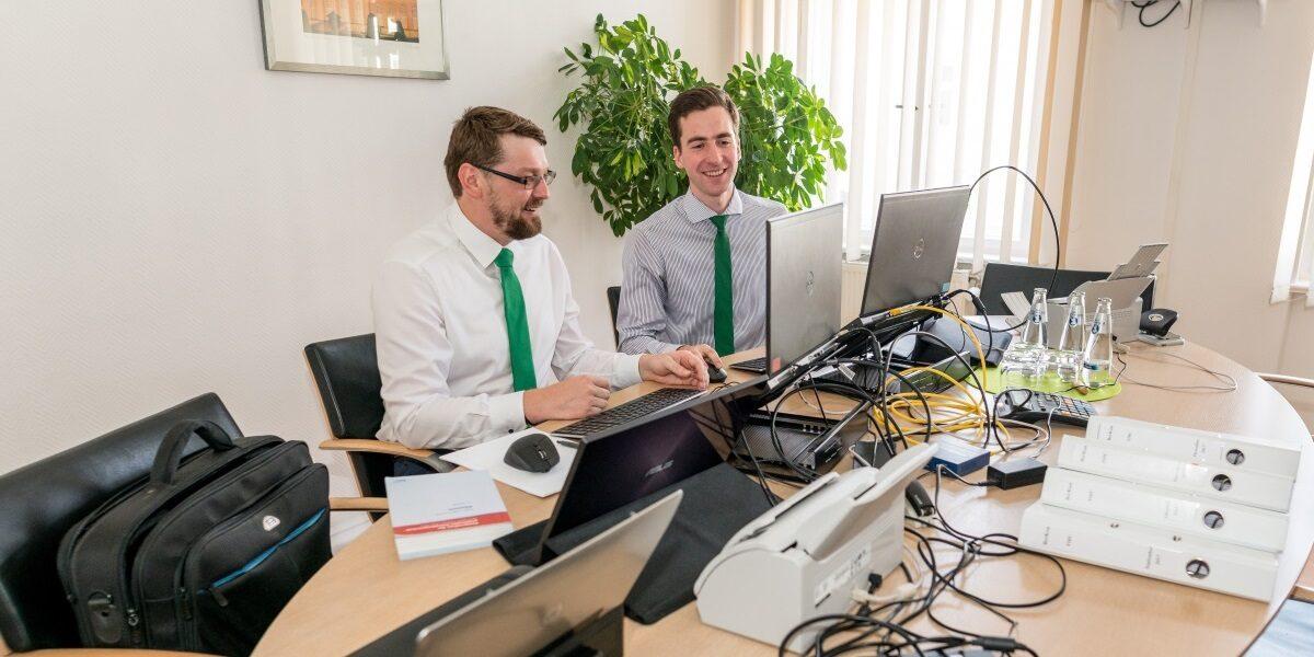 Prüfer mit Laptops bei der Wirtschaftsprüfung