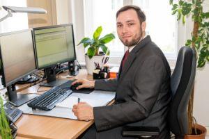 Herr Schenkel, Steuerfachangestellter